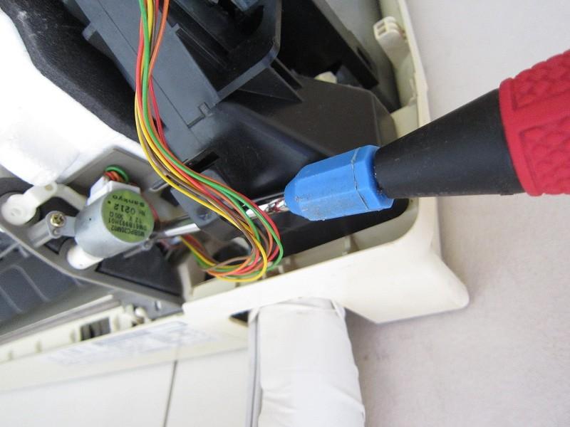 エアコンの分解洗浄:ルーバーモーターの取り外し