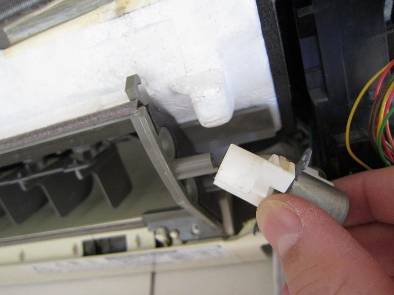 エアコンの分解洗浄:ルーバーモーターの取り外し後