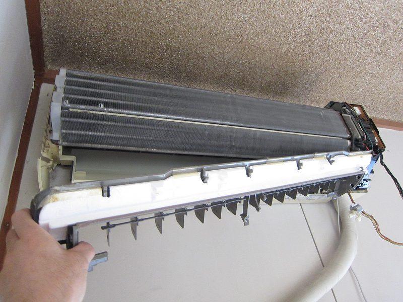 エアコンの分解掃除:ドレンパンの取り外し