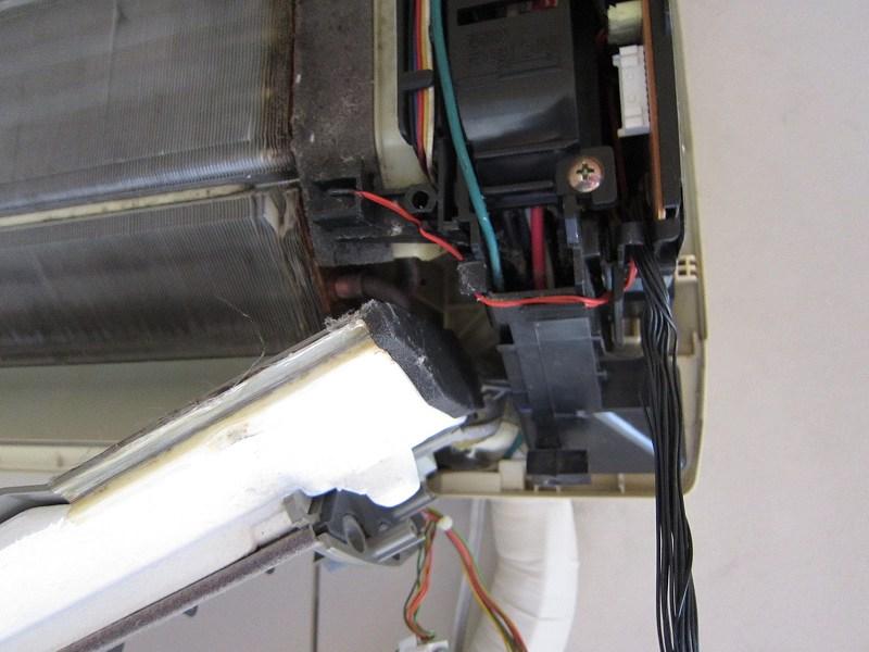 エアコンの分解掃除:ドレンホースの取り外し