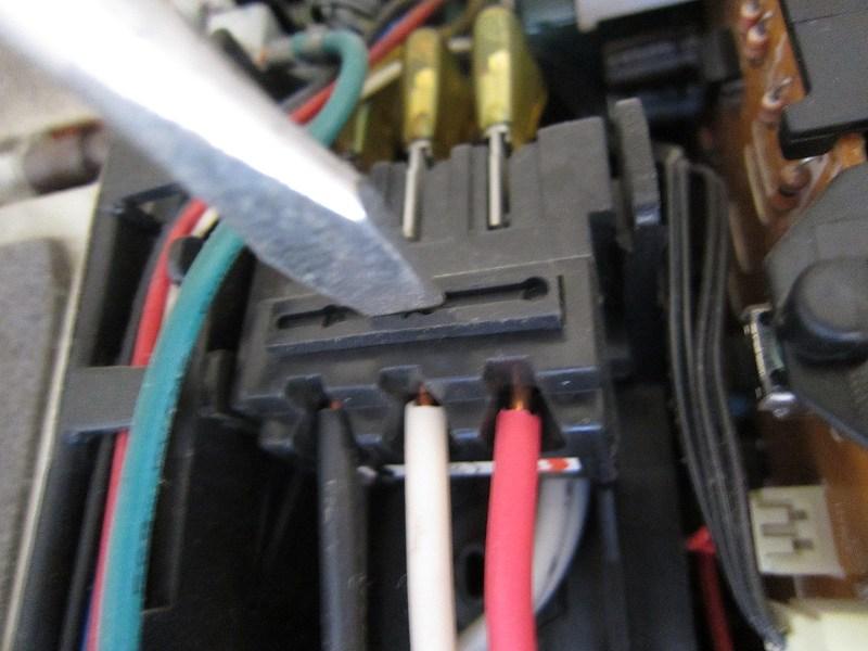 エアコン分解洗浄:電源ケーブルの取り外し方