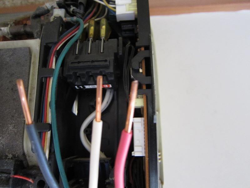 エアコンの分解洗浄:電源ケーブルの抜き取り後
