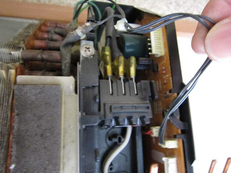 エアコンの分解洗浄:温度センサーの取り外し