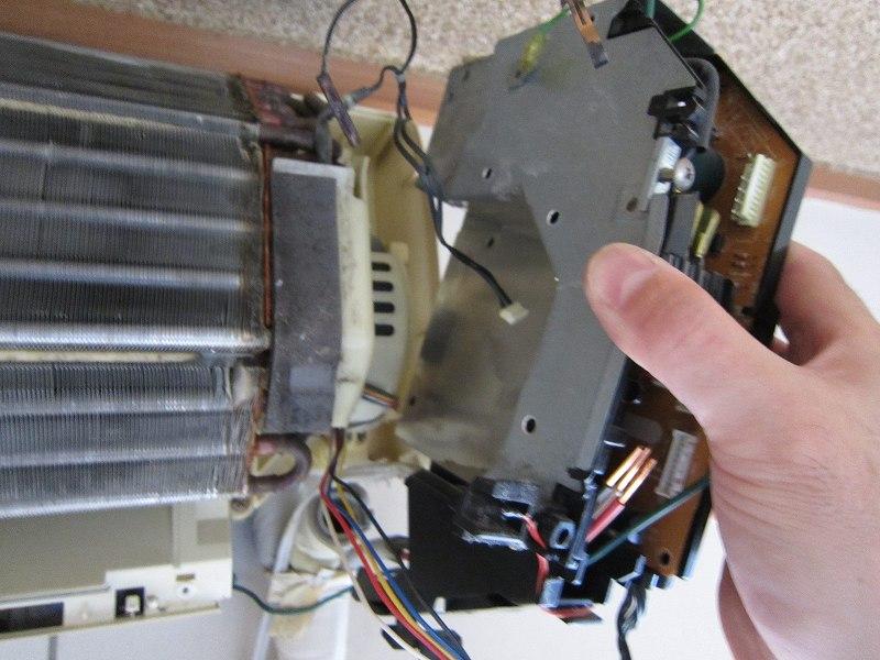 エアコンの分解洗浄:電装基板の取り外し